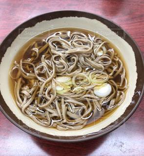 板の上に食べ物のボウルの写真・画像素材[1240628]
