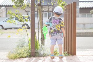 水やりをする小さな男の子の写真・画像素材[1290691]