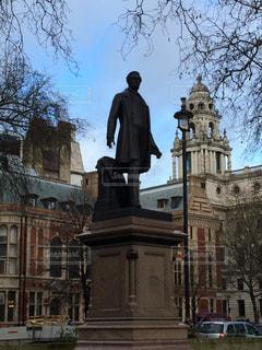 建物の前に立っている人の像の写真・画像素材[1242393]