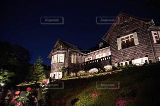 大規模なれんが造りの家の前の芝生と建物の写真・画像素材[1282182]