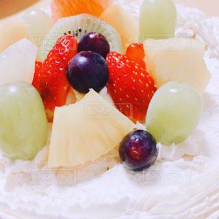 皿の上の果物とケーキの写真・画像素材[1241495]
