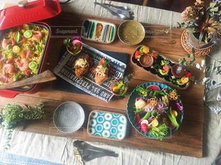 食品のプレートをのせた木製テーブルの写真・画像素材[1241718]