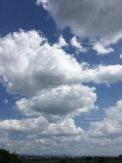 曇りの日に空の雲の写真・画像素材[1316239]