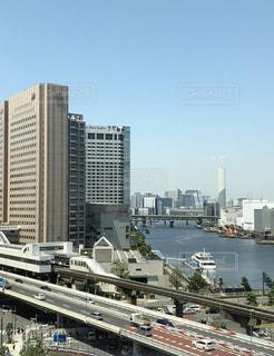 背景の都市と港の写真・画像素材[1249324]