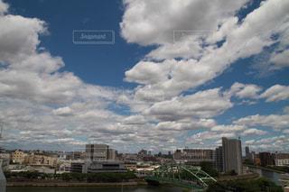 曇りの日の都市の景色の写真・画像素材[1260897]