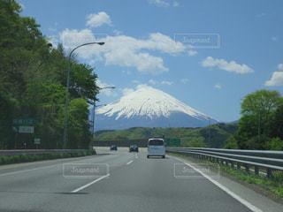 背景に富士山と道路の側のビューの写真・画像素材[1260901]