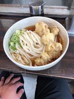 皿の上の食べ物のボウルの写真・画像素材[2948411]