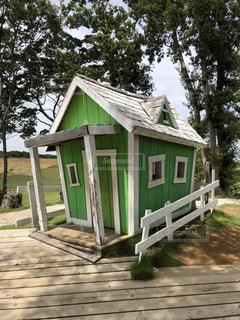 家の前にある木製のベンチの写真・画像素材[2948431]