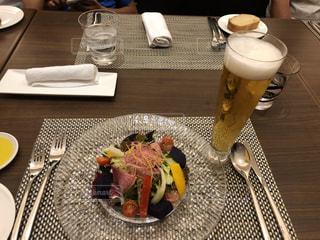 食べ物の皿とコーヒーをテーブルの上に置くの写真・画像素材[2948633]