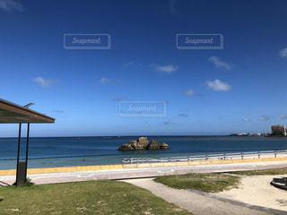 水域の隣のビーチの写真・画像素材[2948620]