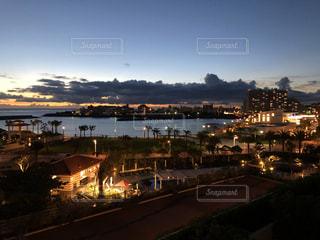 都市を背景にした大きな水域の眺めの写真・画像素材[2948624]