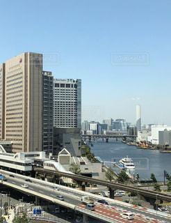 都市を背景にした大きな水域の写真・画像素材[2949231]