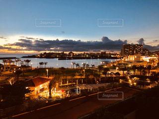 都市を背景にした大きな水域の眺めの写真・画像素材[2954977]