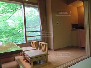 部屋の家具と大きな窓いっぱい - No.1244084
