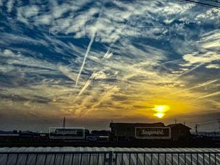 街に沈む夕日の写真・画像素材[1243802]