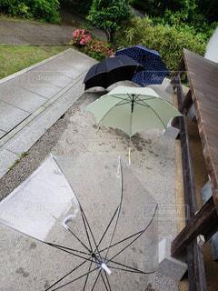 道路の脇に座っている傘の写真・画像素材[1243639]
