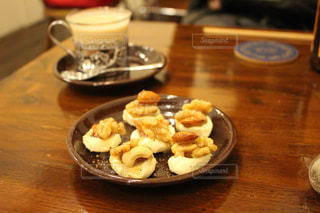 木製テーブルの上に座って食品のプレートの写真・画像素材[1848844]