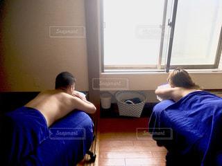 ベッドの上に横たわるカップルの写真・画像素材[1246881]