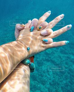 水中でつなぐ手の写真・画像素材[1244999]