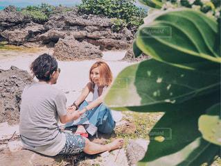 ビーチに座っている少女の写真・画像素材[1245040]