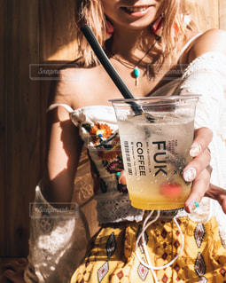カップを保持している女性の写真・画像素材[1245062]