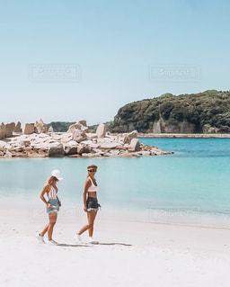 砂浜の上に立つ人々 のグループ - No.1245065