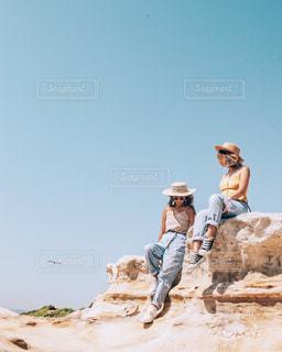岩の上に立っている人の写真・画像素材[1245066]