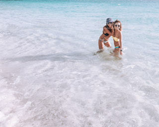 水のサーフボードで波に乗って人の写真・画像素材[1245087]