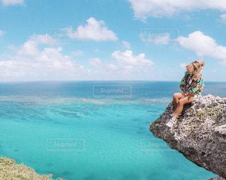 水の体の横に立っている人の写真・画像素材[1245092]