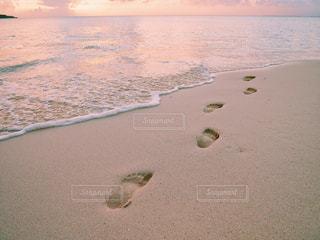 水の体の横にある砂浜のビーチの写真・画像素材[1245101]