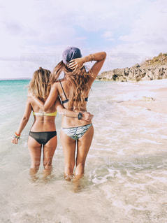 水の体の横に立っている女性の写真・画像素材[1245104]