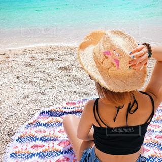 ビーチに座っている女性の写真・画像素材[1245106]