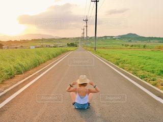 道の端に座っている人の写真・画像素材[1245108]