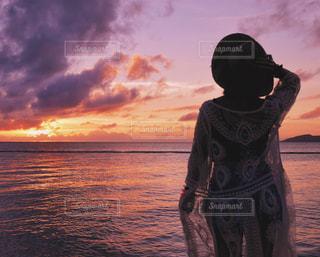日没の前に立っている人の写真・画像素材[1245109]