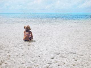 砂浜の上に立っている人の写真・画像素材[1245110]