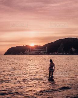 ビーチに立っている人の写真・画像素材[1537489]