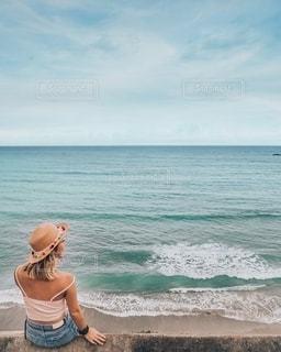 ビーチの上に波に乗っている人の写真・画像素材[1537512]