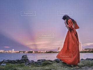 水の体の前に立っている人の写真・画像素材[1537616]