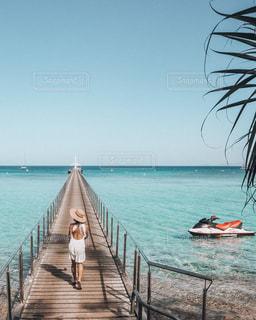 水の体の横にボートをドッキングします。の写真・画像素材[1623596]