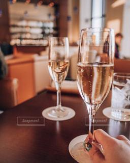 ワイングラスを持つテーブルに着席した人の写真・画像素材[1736975]