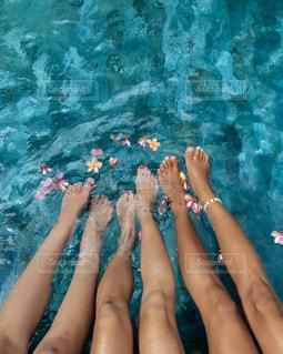 プールにいる人々のグループの写真・画像素材[2941925]