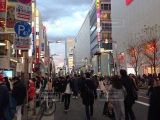 街の通りを歩いている人の写真・画像素材[1249200]