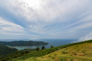 近くに緑豊かな緑の丘陵のアップの写真・画像素材[1252208]