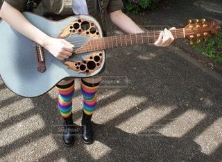 ギターを持っている女の子の写真・画像素材[3489801]