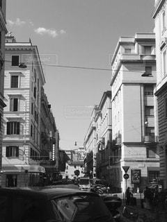 街の通りの黒と白の写真の写真・画像素材[1248840]