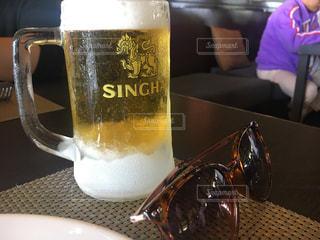 冷えたビールとサングラスの写真・画像素材[1279385]