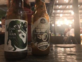 ワインとビール、テーブルの上のガラスのボトルの写真・画像素材[1279388]