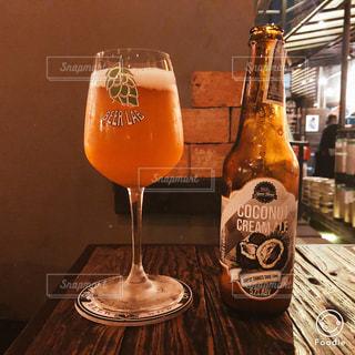 ビアバーで飲む東南アジアのクラフトビールの写真・画像素材[1279389]