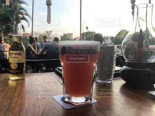 テーブルの上のビールのグラスの写真・画像素材[1279392]