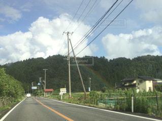 道路脇からの虹の写真・画像素材[1253246]